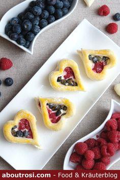 Hallo Valentinstag! Bald ist es wieder so weit - der #Valentinstag ist wohl eine perfekte Gelegenheit ein bisschen süße Liebe zu verschenken. Das Rezept für diese schnellen Blätterteig Herzen mit Topfen-Mascarpone Creme und Beeren findet ihr schon am Blog! Mascarpone Creme, Cupcakes, Waffles, Muffins, Blog, Breakfast, Cute Love, Berries, Food Food