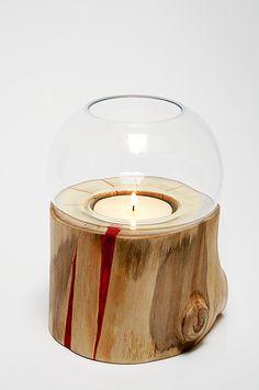 Sfeerlicht - Glazen theelichthouder geschikt voor een groot theelichtje (+/- 6 cm doorsnede). Deze glazen theelichthouder is verzonken in een houten stammetje - gelakt. ''Authentieke, handgemaakte interieurstukken voor huis en tuin. H.T.I. Hermans Thijs'