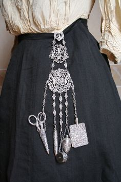 """How a chatelaine was worn by the lady of the household. This was something of a """"status"""" item at the time. The word """"chatelaine,"""" itself, meaning """"Lady of the Castle.add to my victorian era tattoo? Historical Costume, Historical Clothing, Art Clothing, Antique Clothing, Victorian Fashion, Vintage Fashion, Victorian Corset, Victorian Hats, Edwardian Era"""