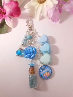 Bijou de sac cabochon super maitresse, macaron et fiole, bleu dégradé : Autres bijoux par lili-gourmandise
