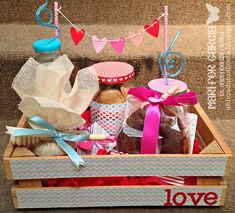 Detalles Breakfast Basket, Breakfast Tray, Diy Gift Box, Diy Gifts, Bouquet Box, Chocolate Bouquet, Ideas Para Fiestas, Party In A Box, Cards For Friends