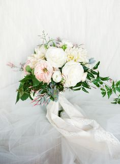 Classic blush + cream wedding bouquet: Photography: Lindsay Madden Photography - lindsaymaddenphotography.com