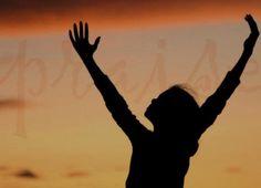 Assim que Moisés entrava, a coluna de nuvem descia e ficava à entrada da tenda, enquanto o Senhor falava com Moisés. Quando o povo via a coluna de nuvem parada à entrada da tenda, todos prestavam adoração em pé, cada qual na entrada de sua própria tenda.  Êxodo 33:9-10