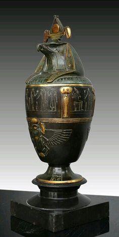 """Vaso canopo egipcio. """"Revival"""" de 1920 inspirado en Art Deco."""