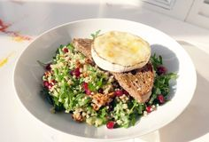 Bulgur salad with walnuts, goat cheese and pomegranate Bulgur Salad, Walnut Salad, Healthy Cooking, Salmon Burgers, Vegan Vegetarian, Quinoa, Great Recipes, Risotto, Salads