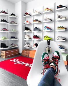 Cute Nike Shoes, Cute Nikes, Nike Air Shoes, Shoe Room, Shoe Wall, Hypebeast Room, Hypebeast Sneakers, Jordan Shoes Girls, Aesthetic Shoes
