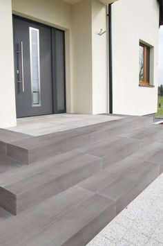 Lignum block steps in gray to match the patio planks! Lignum Blockstufen in Grau - passend zu den Terrassenbohlen! Lignum block steps in gray - to match t Casa Patio, Backyard Patio, Door Design, Exterior Design, Front Door Steps, Patio Steps, House Entrance, Modern Entrance Door, House Front