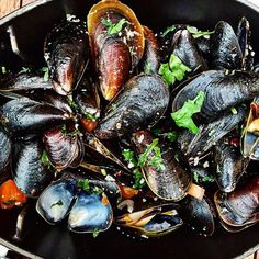 Rooftop flexin'  #mussels #flexing #weekendready #summerinthecity #infatuationsummer #catchroof #catchnyc #nyceats #EMMEATS