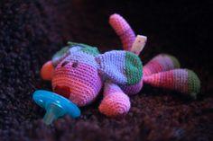 Häkel Wubbanub Crochet Pacifier Holder, Crochet Things, Yarn Projects, Crochet Baby, Pattern, Ideas, Cast On Knitting, Patterns, Crochet For Baby