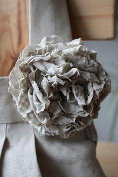 リネンバッグの余り布で作ったコサージュ くしゅくしゅコサージュ久しぶりだわ~   では簡単に作り方をば・・・・ またまた手作り感あふれる型紙。。...