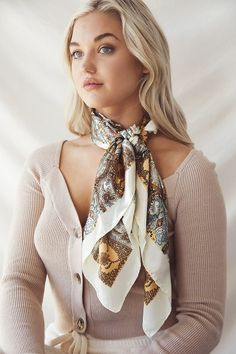 Ways To Tie Scarves, Ways To Wear A Scarf, How To Wear Scarves, Silk Scarves, Scarf Wearing Styles, Scarf Styles, Saturday Outfit, Dress Design Sketches, Monochrome Outfit
