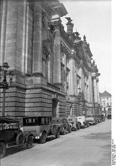 Der Kampf um den Artikel 48 (Notverordnung und Notverordnungsrech) im Reichstag! Die Reihe der Autos der Regierungsmitglieder vor dem Eingang zum Reichstag während der bedeutungsvollen Sitzung. Berlin, 1930. o.p.
