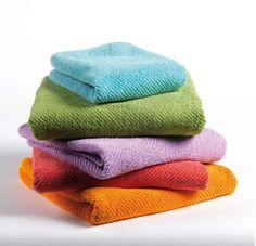Las toallas de algodón y sus principales características: Las toallas de algodón son las más difundidas y usadas alrededor del mundo, de hecho en cada región existe un tipo de algodón particular, como el egipcio, el turco y el PIMA, entre otros. http://www.casablanqueria.com/bano/toallas-de-algodon/ http://www.tiendastextiles.com/toallas/toallas-de-algodon.html
