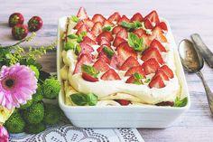 Kyllä kerran kesään on yksi mansikkakakku leivottava, eikö totta? Mikäli perinteisen täytekakun tekeminen tuntuu työläältä, leivo tämä nopeasti valmistuva kakku uunipellillä ja kokoa uunivuokaan. Helppo, näyttävä ja vaikka retkelle tai muualle mukaan otettava. Täytteessä ja kermavaahdon maustamisessa voit käyttää mielikuvitusta.