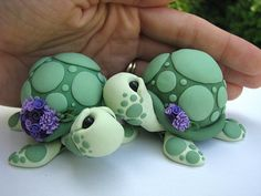 Polymer Clay Figures - I love turtles Polymer Clay Kunst, Polymer Clay Figures, Polymer Clay Animals, Fimo Clay, Polymer Clay Projects, Polymer Clay Charms, Polymer Clay Creations, Clay Crafts, Polymer Clay Turtle