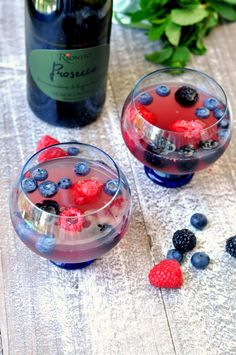 Enjoy the best of summer with a glass of this mixed berry prosecco sangria. It is the perfect combination of summer flavors in one easy drinking cocktail. Non Alcoholic Drinks, Wine Drinks, Beverages, Cocktails, Spritz Recipe, Sangria Recipes, Mixed Berries, Prosecco, Yummy Drinks