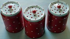 ELAINE BEATRIZ AMOR POR MINIATURAS: LATAS PINTADAS COM TINTA SPRAY/ E COM BOLINHAS . Tin Can Crafts, Diy And Crafts, Tin Can Art, Diy Cans, Aluminum Cans, Altered Tins, Bottle Art, Diy Projects To Try, Preschool Crafts