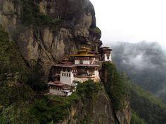 Monasterio Taktshang  Bután  También conocido como el Nido del Tigre, se trata un monasterio budista ubicado de forma espectacular en un acantilado a 900 metros del suelo y a 3.120 metros sobre el nivel del mar. Se encuentra en el valle de Paro de Bután, país de los Himalayas al noreste de la India...