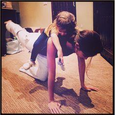 """Il merito del corpo da """"angelo"""" della top Lily Aldridge? Un metodo di allenamento molto efficace: quello del fare la mamma (a fare da attrezzo ginnico ci pensa invece la figlia Dixie Pearl)."""