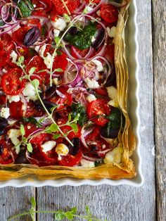 Enkel pai med tomater, oliven og pesto - Mat På Bordet Recipe Database, Vegetable Pizza, Pesto, Food And Drink, Vegetables, Cooking, Recipes, Pai, Olives
