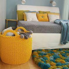 Look how beautiful this carpet of pompoms! Super loved it! Crochet Storage, Crochet Box, Crochet Basket Pattern, Crochet Motifs, Crochet Gifts, Knit Crochet, Crochet Patterns, Toy Basket, Hamper Basket