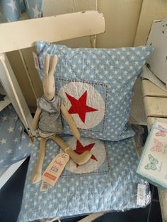 Lapin Maileg en vente chez Pois Plume Love the cushion.
