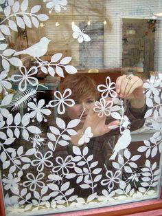 Geertje aan het plakken                hand geknipte diertjes en bloemen     ingespoten met lijm komen ze op het raam     een vrolijke ...