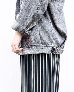 Jaqueta oversized  pantacourt listrada = Striped Pants, Instagram, Fashion, Moda, Stripped Pants, Fashion Styles, Striped Shorts, Fashion Illustrations, Stripe Pants
