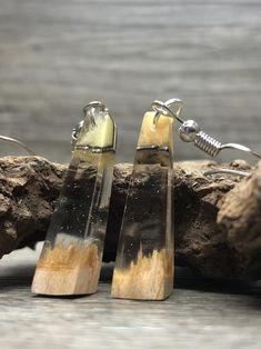 Diese Epoxidharz Ohrringe bzw. Statement Ohrringe sind das ideale Geschenk für Frauen, für sich selbst oder seine Lieben.Für diese Epoxy Ohrringe wurde feinstes Recycling Holz ausgewählt und in form gebracht Der Boho Hippie Schmuck ist aus Holz und nickelfreiem Edelstahl.