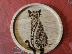 dessous de verre ou de bouteille en bois pyrogravé chat : Cuisine et service de table par valheureuse