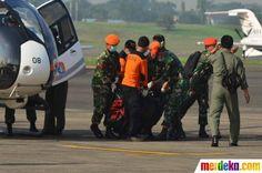 TNI AU dan tim SAR membawa jenazah korban pesawat Sukhoi Superjet 100 di Bandara Halim Perdanakusuma, Jakarta, Sabtu (12/5).