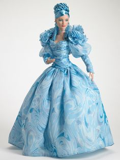 Preciosa muñeca en celeste traje de gala