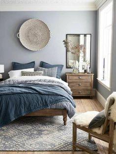 deco chambre adulte bleu avec grand panier en canne tressée de style ethnique comme décoration du mur grand lit avec du linge en bleu gris