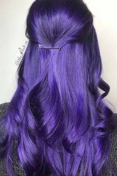 hair inspiration purple Dark purple hair: let us discuss the basics at first. This hair color is unnatural, that is, you cannot meet anyone who was born with such hair color. So, to get it, you need to get your hair dyed. Dark Purple Hair Color, Dark Ombre Hair, Best Ombre Hair, Ombre Hair Color, Cool Hair Color, Dark Hair, Wild Hair Colors, Bright Coloured Hair, Purple Wig
