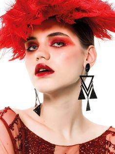 O vermelho-cereja dá o tom intenso aos looks do alto inverno, repletos de sobreposições com pele e tricô. Acessórios como luvas e chapéus complementam a produção de quem quer encarar o frio com estilo e ousadia