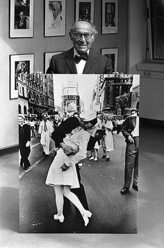 "German-American photographer and photojournalist Alfred Eisenstaedt poses at the opening on May 5, 1986 of an exhibition of his famous pictures taken for ""Life"" magazine at the Kultur Kontor der Hamburger Hanse Vier, in Hamburg, Germany, with one of his best know photographs taken during the celebrations of V-J Day in Times Square, New York on August 1945."