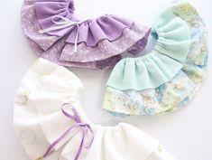 フリルスタイの作り方~3タイプアレンジ~: うろこのあれこれハンドメイド Billy Bibs, Ruffle Diaper Covers, Dog Necklace, Cat Dresses, Diy And Crafts Sewing, Pet Clothes, Baby Knitting Patterns, Cool Baby Stuff, Baby Dress