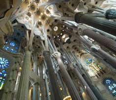 The basilica of the Sagrada Familia was begun in 1882.  It is the masterpiece of Gaudi and the maximum exponent of Catalan modernism.  In its interior arborescent innovative and inclined columns and natural lighting through large and colorful stained glass.