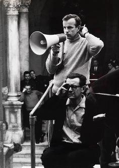 """Il Maestro Franco Zeffirelli fotografato mentre dirige il suo primo grande adattamento di William Shakespeare per il cinema, """"La bisbetica domata"""" con Elizabeth Taylor e Richard Burton (1967)"""