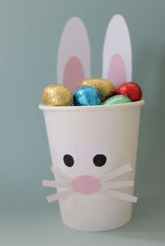 im Pappbecher mit wenig Bastelaufwand diy kids crafts Easter Bunny Egg Cup - tiny & little Easter Crafts For Adults, Bunny Crafts, Easter Crafts For Kids, Kids Diy, Cup Crafts, Easter Bunny Eggs, Easter Art, Hoppy Easter, Bunnies