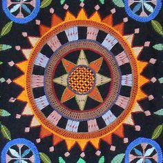 Seinävaatteen keskeinen rataskuvio läheltä Scandinavian Embroidery, Swedish Embroidery, Embroidery Works, Wool Embroidery, Embroidery Motifs, Wool Applique, Embroidery Designs, Textiles Techniques, Weaving Techniques