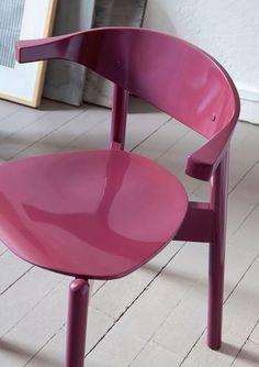 Essayez les nouveaux vernis ou les peintures à effet de matière qui, en plus doffrir des couleurs profondes, sont agréables au toucher (peinture Skin de Libéron, vernis Touch Soft de Syntilor). À noter, on trouve chez AM.PM une collection de meubles prêts à peindre en bois massif brut (rocking-chair, lit, etc.). Effet de laque ultra-lisse et haute brillance pour cette chaise: peinture Gloss (15,80 euros les 250 ml, Libéron).