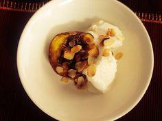 Perzik uit de oven met witte chocolade en roomijs