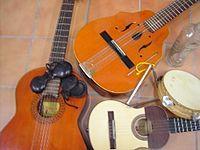 GUITARRÓ Instrumento musical de cuerda (cordófono) punteado en forma de guitarra, de dimensiones menores que ésta, aunque mayores que las del requinto y el cavaquiño. Proviene de una serie de guitarras pequeñas que fueron muy populares en el Barroco.  Es un instrumento muy típico en Islas Baleares y Valencia, donde puede acompañar los bailes tradicionales.  En el presente artículo se conserva el término valenciano guitarró a fin de evitar confundirlo con otros instrumentos ajenos al…