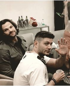"""Wow Jared is just like,"""" could u not?"""" And Jensen is just like,"""" yah, thanks, goodbye""""😂 Jensen Ackles Supernatural, Jensen Ackles Jared Padalecki, Jensen And Misha, Supernatural Fans, Supernatural Seasons, Castiel, Matt Cohen, Sam E Dean Winchester, Winchester Brothers"""