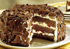 O famoso bolo de aniversário floresta negra é diferente por causa da cereja, que renova o paladar.