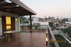 Projeto Ana Donadio - Esta varanda ficou no lugar do antigo telhado da casa. Foi feito um deck e pergolado em madeira com jardim.