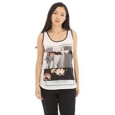 Pimkie.es : Combinación de tejidos, estrás y estampado de foto, en esta camiseta de tirantes.
