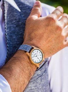 """Klassisch schön und unglaublich vielseitig ist das Herrenmodell """"Großglockner zeitlos"""" aus Eichenholz mit schneeweißem Ziffernblatt und arabischem Ziffern.  Ein besonderes Highlight sind die Bänder aus Leder oder handgefertigtem Loden, die sich ganz leicht tauschen lassen. Die Lodenbänder werden übrigens in Manufakturarbeit im Steirischen Ennstal gefertigt. Wood Watch, Fashion, Classic, Handmade, Leather, Nice Asses, Wooden Clock, Moda, Fashion Styles"""