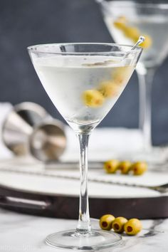 A Gin Martini is a classic cocktail that every at home bartender should know how to make. Only two ingredients, but with my tips, it will be top notch. Classic Gin Cocktails, Martini Classic, Dirty Martini Recipe, Low Calorie Cocktails, Cranberry Juice Cocktail, Lemon Drop Martini, Strawberry Wine, Pub, Food Presentation